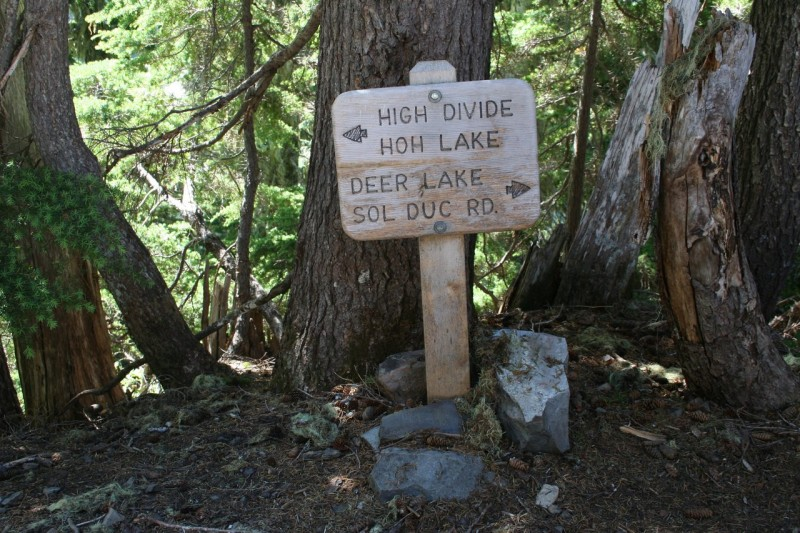 Sign saying High Divide and Hoh Lake to the left, Deer Lake, Sol Duc Rd to the right.